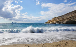 Mar en la playa del pueblo de Matala, Creta foto de archivo libre de regalías