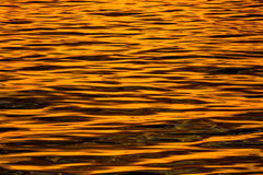 Mar en la puesta del sol - agua que brilla Foto de archivo