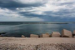 Mar en un día lluvioso en Bari Fotos de archivo
