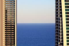 Mar entre las torres por crepúsculo Foto de archivo libre de regalías