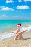 Mar-estrella en el sombrero de santa en la playa arenosa del mar Imagen de archivo