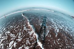 Mar frio com sombra do ser humano na água Olho de peixes Fotos de Stock
