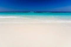 Mar hermoso, cielo azul y playa limpia en la isla del tachai Fotos de archivo libres de regalías