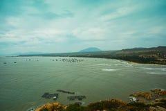 Mar hermoso con las ondas y las montañas Silueta del hombre de negocios Cowering Mui Ne, Phan Thiet, Vietnam Fotos de archivo