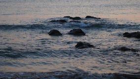 Mar hermoso con las pequeñas ondas por la mañana metrajes