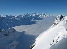 Mar hermoso de la niebla y de las altas montañas foto de archivo