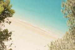 Mar hermoso de la playa arenosa y de la turquesa Foto de archivo libre de regalías