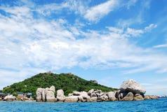 Mar hermoso e isla tropical con agua cristalina Foto de archivo