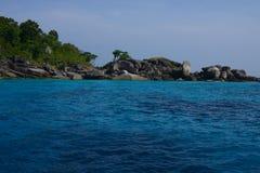 Mar hermoso e isla tropical con agua cristalina Imágenes de archivo libres de regalías