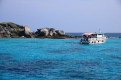 Mar hermoso e isla tropical con agua cristalina Fotografía de archivo libre de regalías