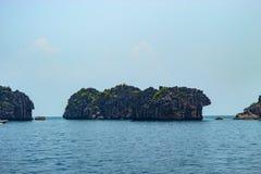 Mar hermoso en las islas del angthong fotos de archivo