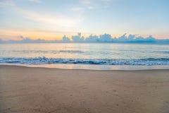 Mar hermoso por la mañana Fotos de archivo libres de regalías