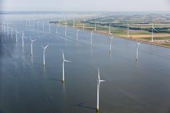 Mar holandês da vista aérea com as turbinas eólicas a pouca distância do mar ao longo da costa imagens de stock