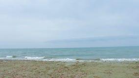 Mar infinito com as ondas espumosas que espirram no litoral Férias de verão no recurso filme
