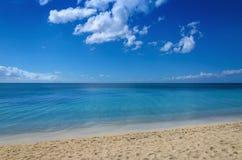 Mar infinito e Sandy Beach bonito Fotografia de Stock Royalty Free