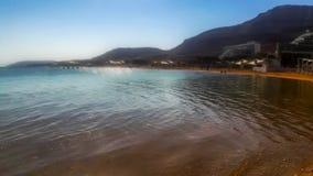 Mar inoperante, Israel Água salgado médica do Mar Morto, costa com hotéis e montanhas fotografia de stock
