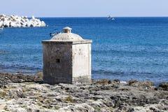 Mar jónico Pequeño edificio cúbico en las rocas Mar azul Fotos de archivo