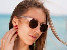 Mar La cara, gafas de sol, pendientes, manos manicure, se cierra para arriba Fotografía de archivo libre de regalías