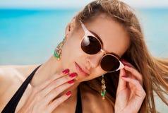 Mar La cara, gafas de sol, pendientes, manos manicure, se cierra para arriba Fotos de archivo libres de regalías