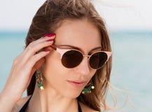 Mar La cara, gafas de sol, pendientes, manos manicure, se cierra para arriba Imagen de archivo