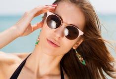 Mar La cara, gafas de sol, pendientes, manos manicure, se cierra para arriba Fotografía de archivo
