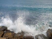 Mar leve en rocas. Orilla del mar de Monopoli. Apulia. imágenes de archivo libres de regalías