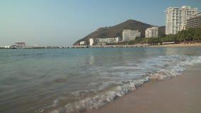 Mar limpo bonito do Sul da China na praia de Dadonghai na ilha de turista de Hainan no estoque do amanhecer filme