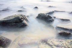 Mar liso na rocha Fotografia de Stock