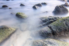 Mar liso na rocha Imagem de Stock