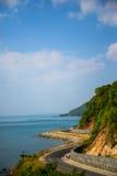 Mar litoral da estrada na baía de Khung Viman, Chanthaburi, Tailândia Imagem de Stock