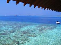 Mar maldivo azul Fotos de archivo libres de regalías