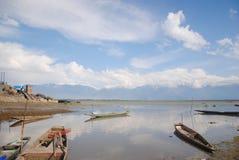 Mar maravilloso además de las altas colinas Fotos de archivo libres de regalías