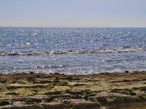 Mar Mediterráneo al mediodía con reflexiones brillantes imagen de archivo