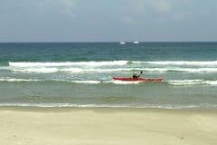 Mar Mediterráneo, atletas de entrenamiento en un kajak fotos de archivo libres de regalías
