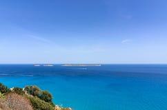 Mar mediterráneo de la turquesa con el barco que bucea debajo del cielo azul claro Fotografía de archivo