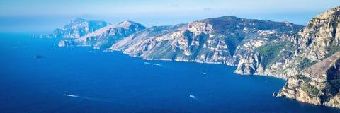 Mar Mediterráneo y costa de la península de Sorrentine Imagen panorámica, bandera imagen de archivo libre de regalías