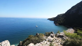 Mar Mediterráneo y montaña de Olimpos Antalya Turquía metrajes