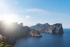 Mar Mediterrâneo cênico e litoral com os penhascos íngremes na ilha de Majorca no por do sol Foto de Stock