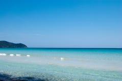 Mar Mediterrâneo calmo sob o céu azul contínuo Imagem de Stock Royalty Free