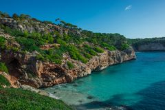 Mar Mediterrâneo da Espanha, praia de Majorca da baía bonita do beira-mar de Cala Moro, Balearic Island imagens de stock royalty free