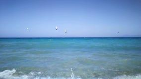 Mar Mediterrâneo do embarque do papagaio no dia de verão ensolarado filme
