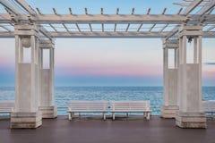 Mar Mediterrâneo e colunata branca em Promenade des Anglais no por do sol em França agradável fotografia de stock