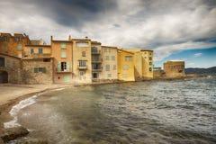 Mar Mediterrâneo perto da cidade de Saint Tropez, Riviera francês Imagem de Stock