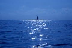 Mar Mediterraneo blu di navigazione della barca a vela Fotografia Stock Libera da Diritti