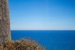 Mar Mediterraneo del blu di sguardo dell'Italia Sardegna Torre de Chia immagini stock libere da diritti