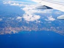 Mar Mediterraneo di vista aerea dall'aereo, alpi delle montagne, Riviera francese, ` Azur, Nizza, Villefranche-sur-Mer, Monaco Mo Immagine Stock Libera da Diritti