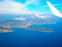 Mar Mediterraneo di vista aerea dall'aereo, alpi delle montagne, Riviera francese, ` Azur, Nizza, Villefranche-sur-Mer, Monaco Mo Immagine Stock