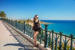 Mar Mediterraneo Giovane bella ragazza che sta sul lungonmare fotografie stock