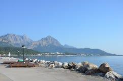 Mar, montañas, playa Fotografía de archivo
