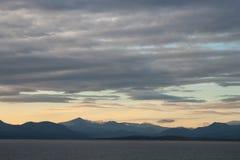 Mar, montañas y cielo imagen de archivo